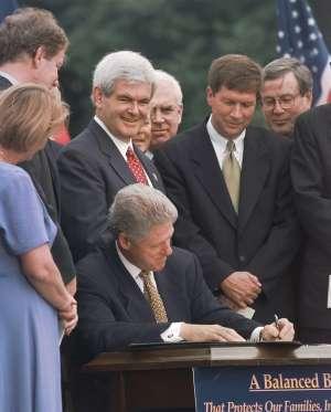 """Kasich, nelle vesti di House Budget Committee Chairman , insieme allo Speaker della Camera, Newt Gingrich, assiste alla firma di Bill Clinton  del """"balanced budget bill"""" (5 agosto 1997)"""